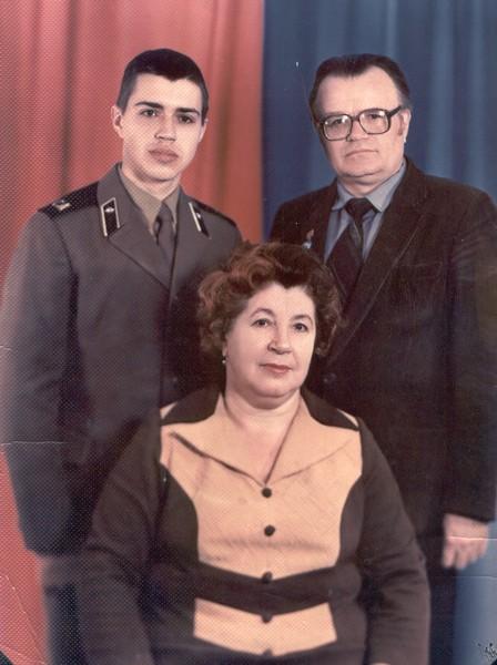 М.Братан із сином Віктором і дружиною Раїсою. Грудень 1984 р.