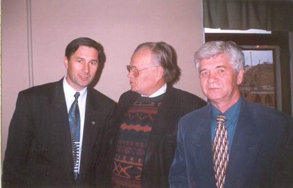 М.Братан на відкритті театрального сезону із директором театру О.Книгою (зліва). 2006 р.