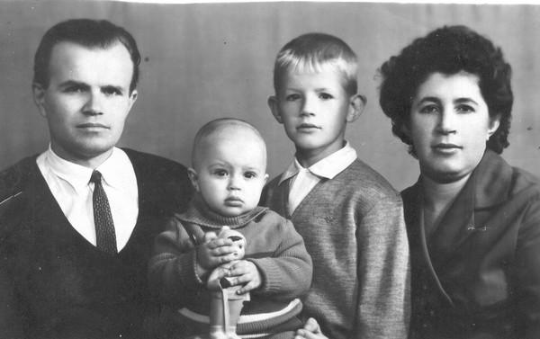 Микола Братан, дружина Раїса з синами Сергієм і Віктором. 1967 р